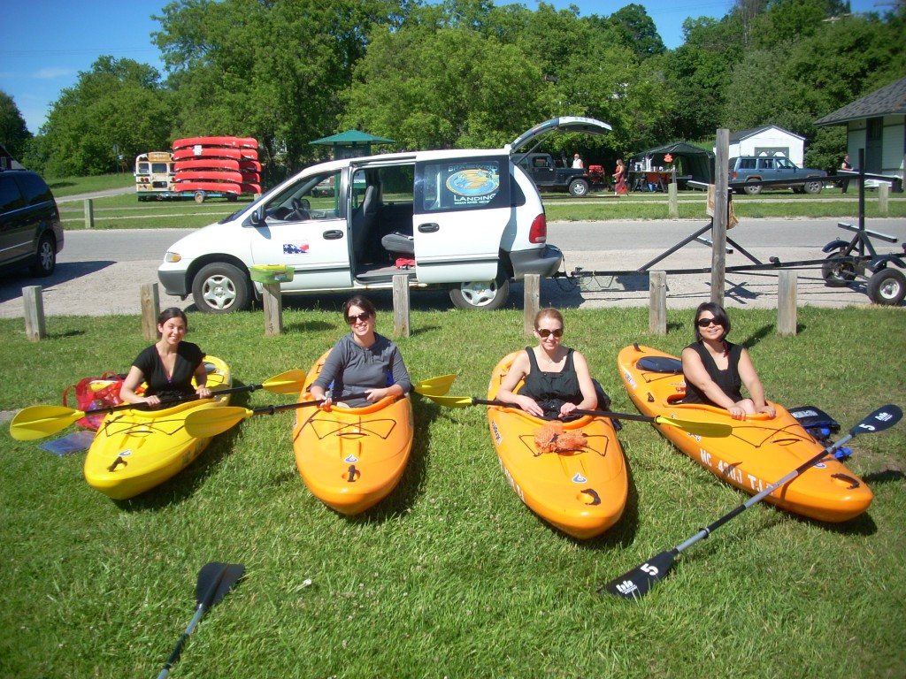 kayak rental in front of henleys - image